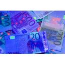 Rahatarkistusten todentaminen UV-taskulampun avulla.